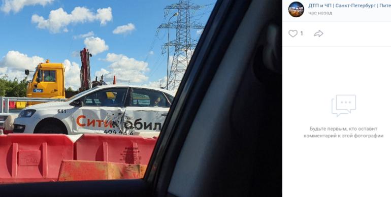 Помятое КамАЗом такси перекрыло участок на КАД