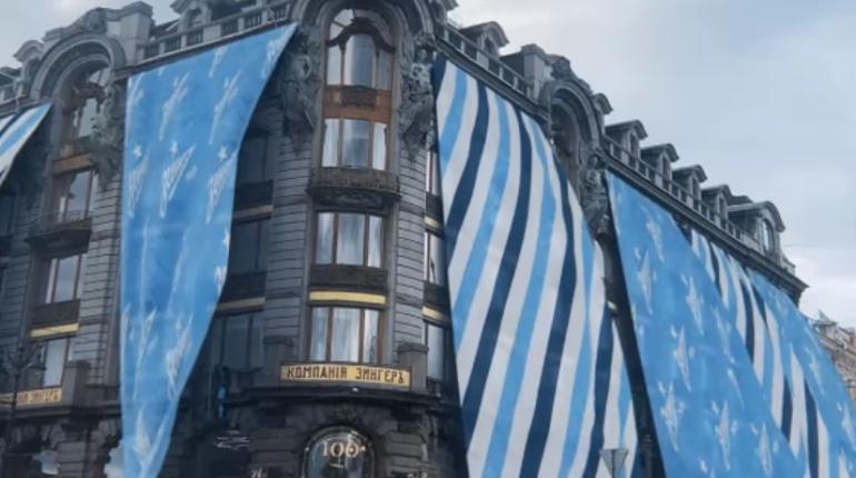 Петербург виртуально нарядили в сине-бело-голубое в честь «золотого дубля» «Зенита»