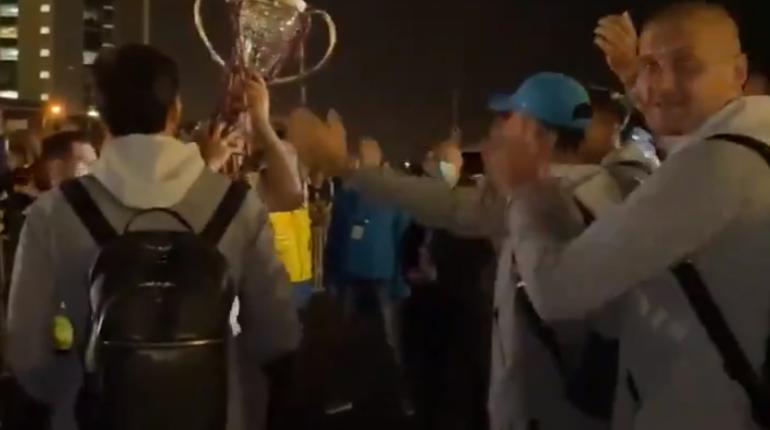 «Не доломайте кубок»: в Пулково фанаты встретили зенитовцев, оформивших «золотой дубль»