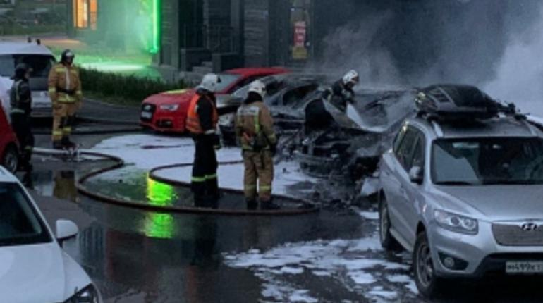 На Кондратьевском из-за взорвавшегося двигателя Mercedes загорелись пять машин