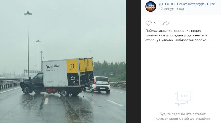 Грузовое такси развернуло на мокром КАД у Таллинского шоссе