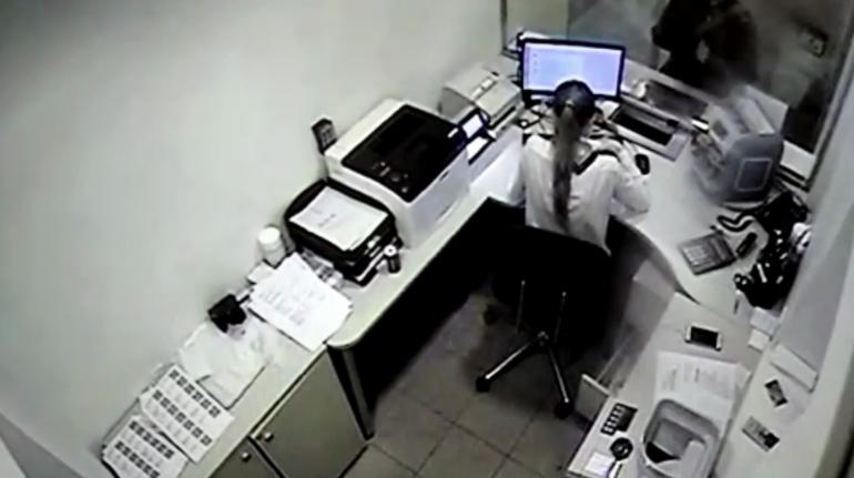 Деньги нашел на улице, но это неточно: появилось видео ограбления банка на Васильевском