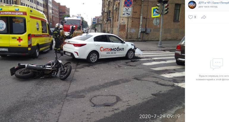 Мотоциклист попал в больницу после встречи с такси на Большом Сампсониевском