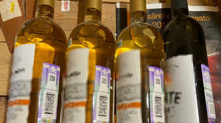 В металлическом контейнере в Ленобласти прятали десятки бутылок незаконного алкоголя