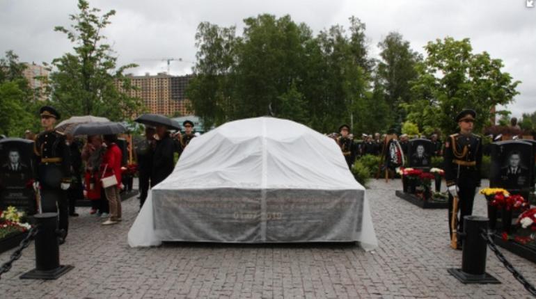 На Серафимовском кладбище установили памятник в честь погибших в Баренцевом море подводников