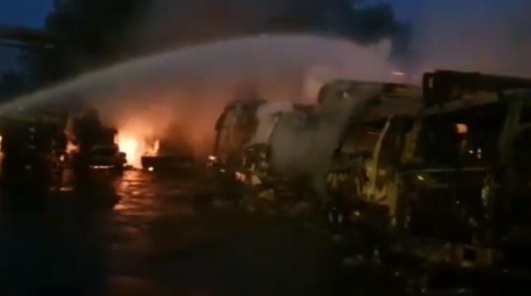 Появилось видео с места пожара на Книпович, где сгорели восемь машин
