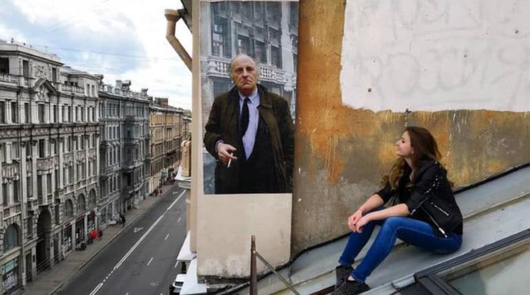 Портрет Бродского, за который автор боролся с коммунальщиками, украсил крышу дома