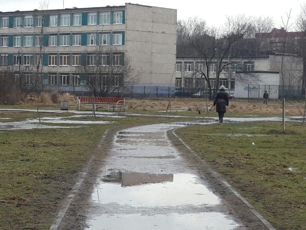 Петербуржцы жалуются на грязь вместо тротуаров, муниципалы рекомендуют ждать солнца в Невском районе