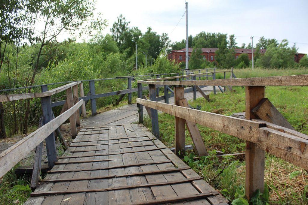 Жители Петергофа каждый день рискуют здоровьем, пересекая опасный мост, а чиновники медлят с обустройством альтернативного маршрута