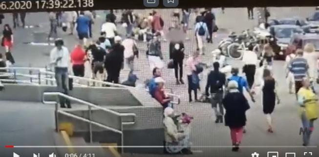 Появилось видео нападения оголтелых подростков на юношу на Энгельса