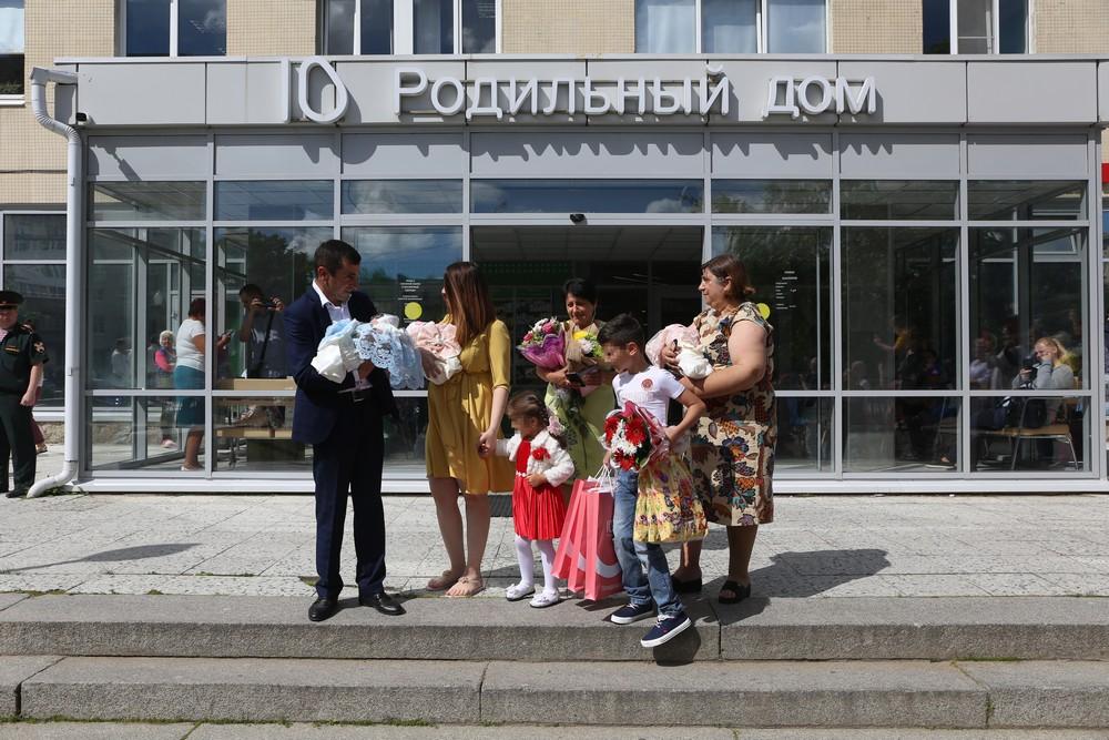 В петербургском роддоме выписали тройняшек: малышей встретили с оркестром