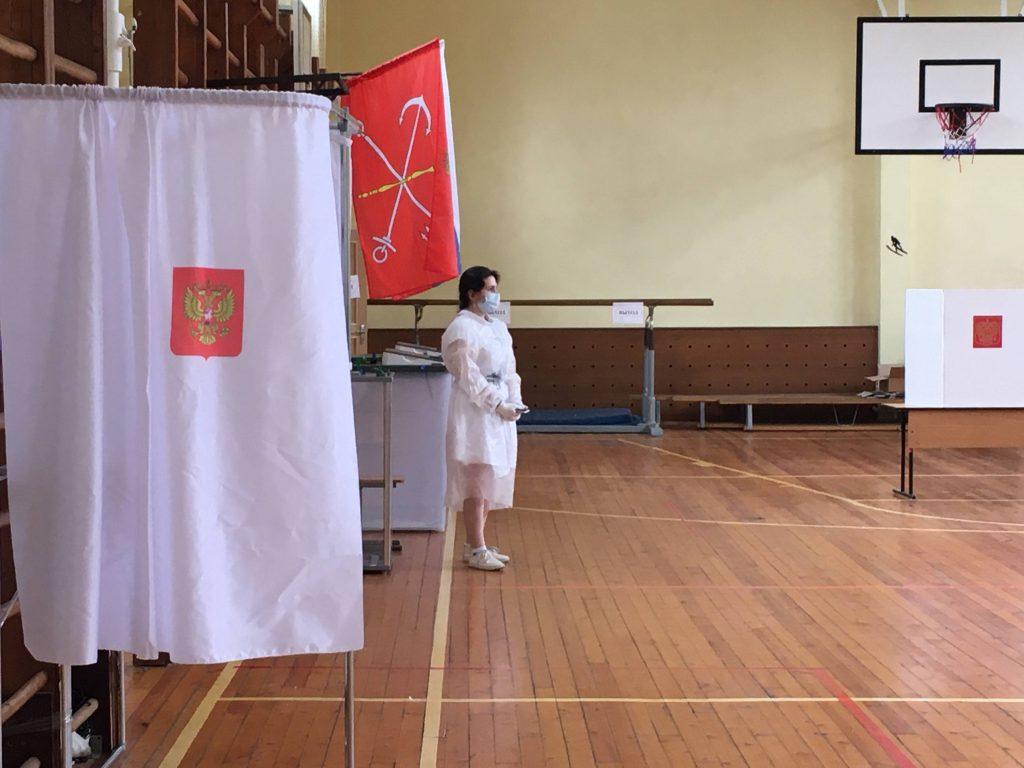 Рупор, халаты, отдельный вход и выход: «Мойка78» выяснила, как обеспечивают безопасность голосующих в Красносельском районе Петербурга