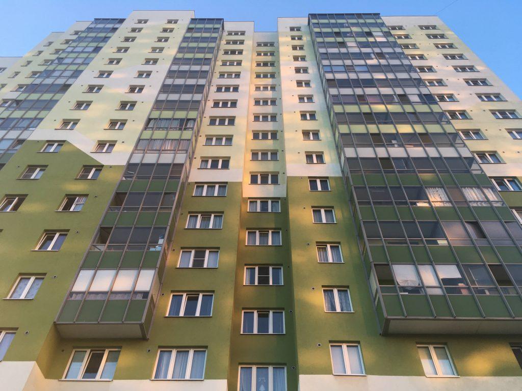 Мужчину, пытавшегося выбросить из окна ребенка в Иркутске, задержали