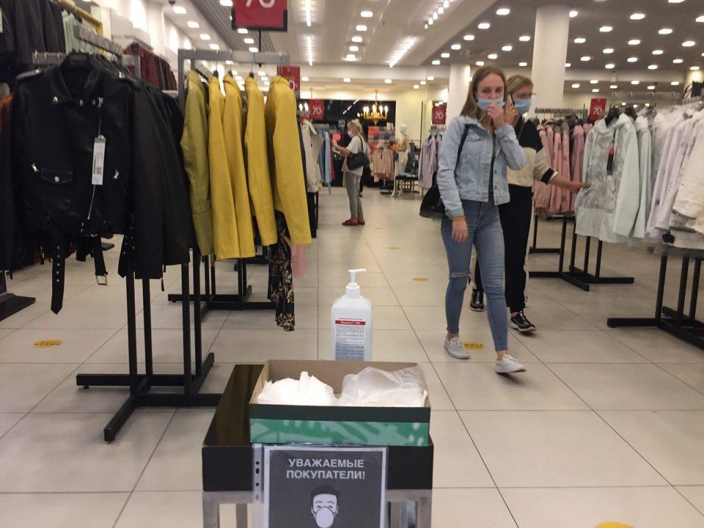 Очереди, маски и антисептик: как прошел первый рабочий день петербургских ТЦ