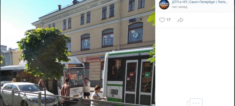 В Колпино утром стукнулись автобусы: осколки полетели в горожан