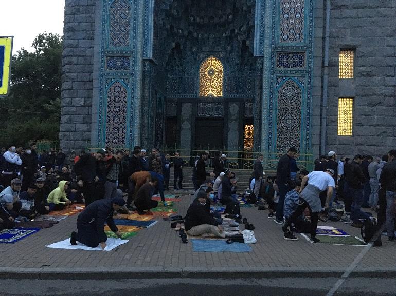 Covid-19 не отвернул мусульман Петербурга от посещения мечети на Курбан-байрам