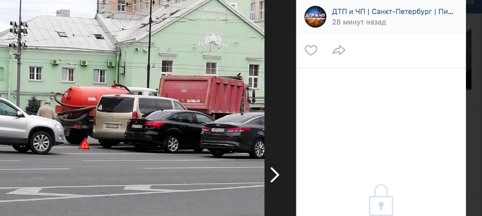 ДТП с минивэном у Московских ворот заблокировало проезд трамваев