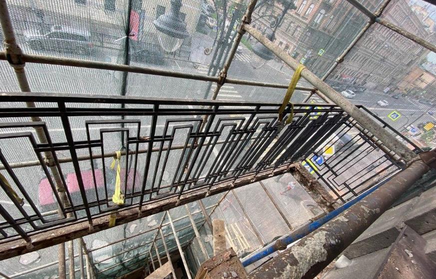 Со сталинки на Кирочной демонтировали оставшиеся после обрушения балконы
