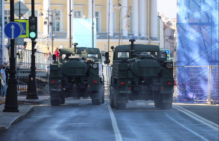 Перед репетицией парада ВМФ на улицы Петербурга вылили 1,5 тонны дезраствора