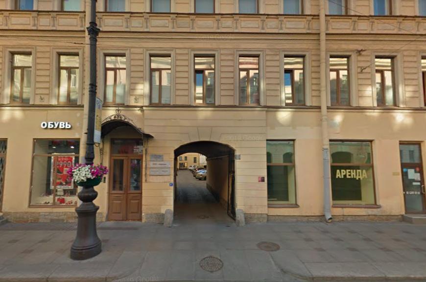 Двор дома на Невском, где жил расчлененный рэпер Картрайт, перекрыла полиция
