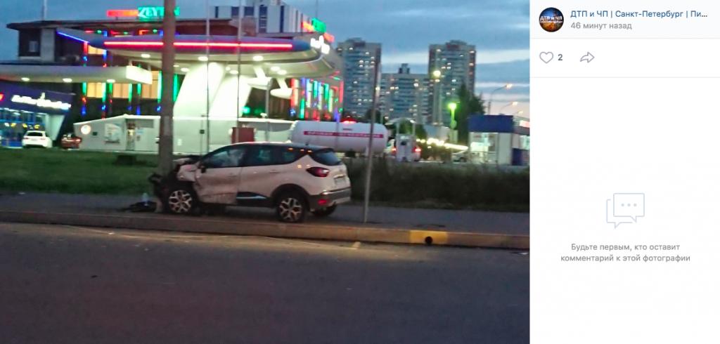 На Софийской иномарка на скорости «впечаталась» в столб