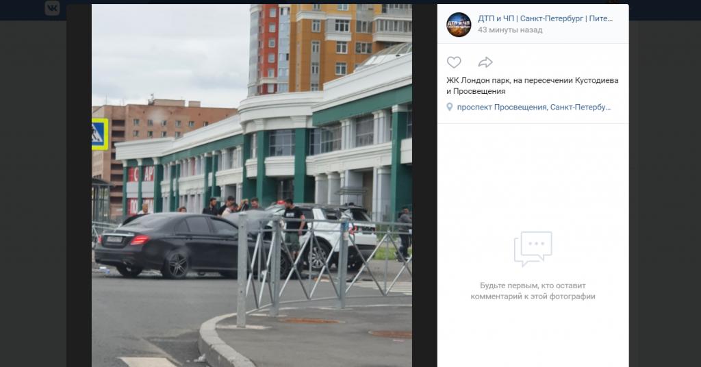 Mercedes и Land Rover встретили друг друга на пересечении Кустодиева и Просвещения