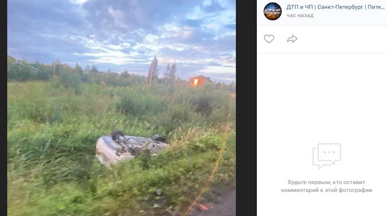В Ленобласти автомобиль в ДТП вылетел в кювет и перевернулся