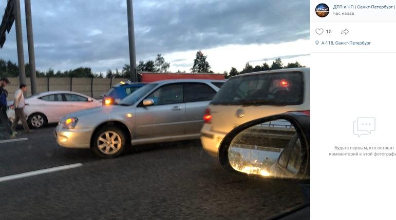 На КАД автомобили не поделили проезжую часть — появилась пробка