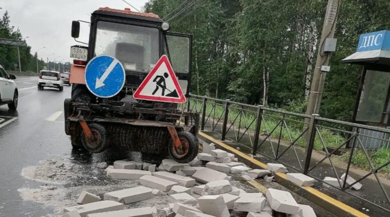 Газобетон блокировал Выборгское шоссе — дорожники разобрали затор за полчаса