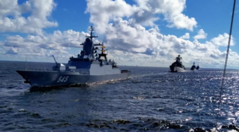 В Неве установили оборудование для статической части парада к дню ВМФ