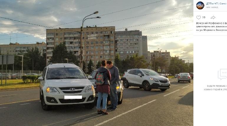 На улице Маршала Захарова два автомобиля угодили в ДТП
