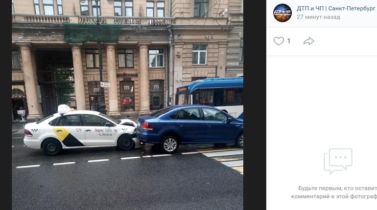 На Невском проспекте такси помяло капот оVolkswagen