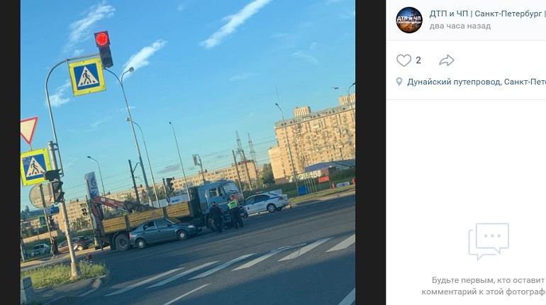 На Витебском проспекте Renault и КамАЗ не поделили проезжую часть