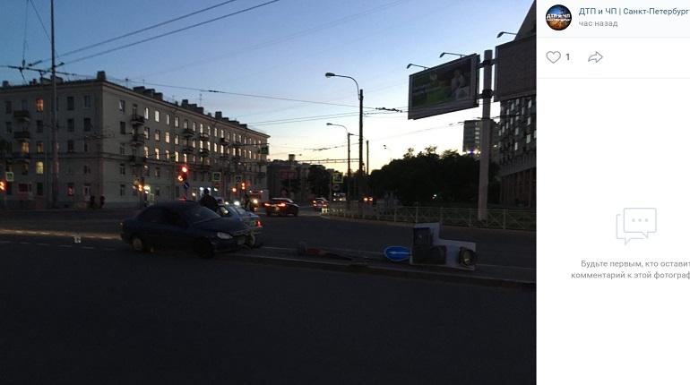 На Гражданском проспектеKia снесла светофор