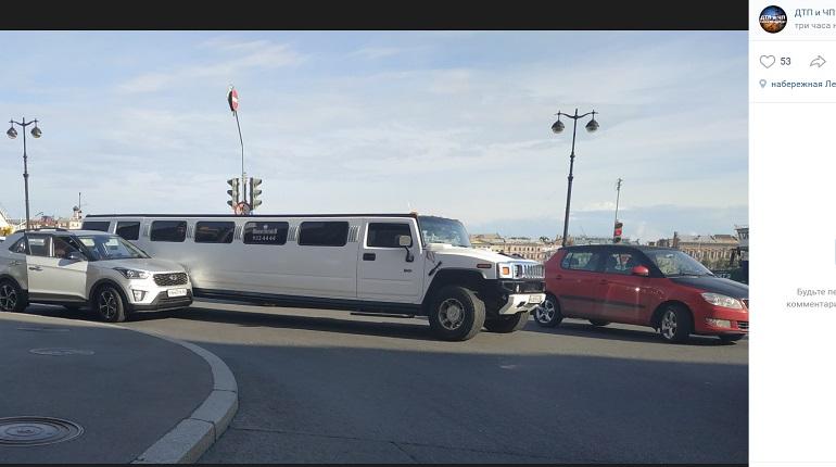 На Университетской набережной лимузин и иномарка угодили в ДТП