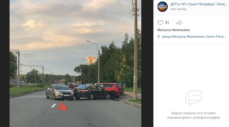 На улице Матроса Железняка три авто угодили в ДТП