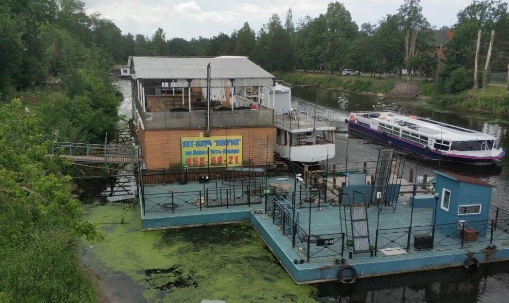 Владельца дебаркадера в Колпинском районе обязали его демонтировать