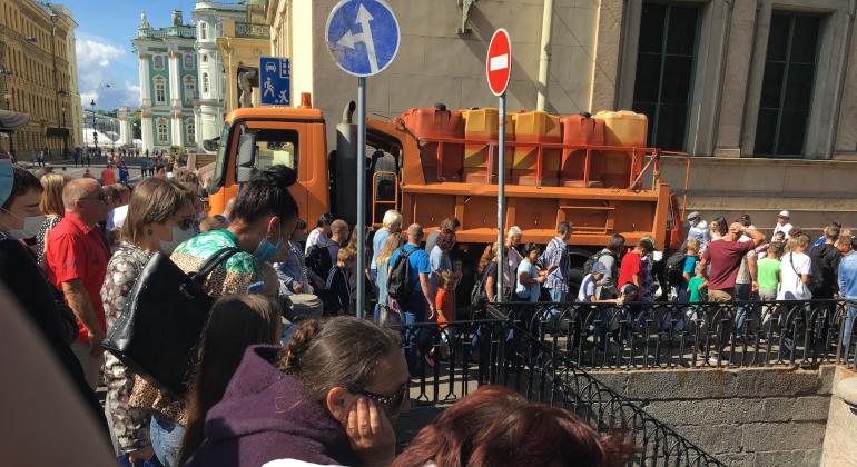 Парад ВМФ в Петербурге: на набережных собрались толпы без масок и дистанции