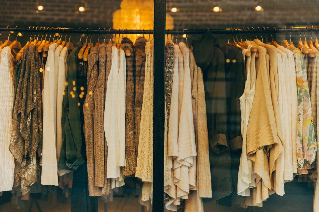 Промозглая погода в Петербурге увеличила спрос на зимнюю одежду на 22%