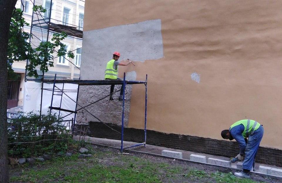 После публикации «Мойки78» строители переделывают фасад здания на Петроградке