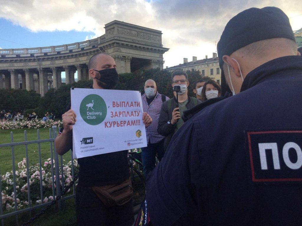 В Петербурге задержали пятерых участников одиночных пикетов в поддержку курьеров