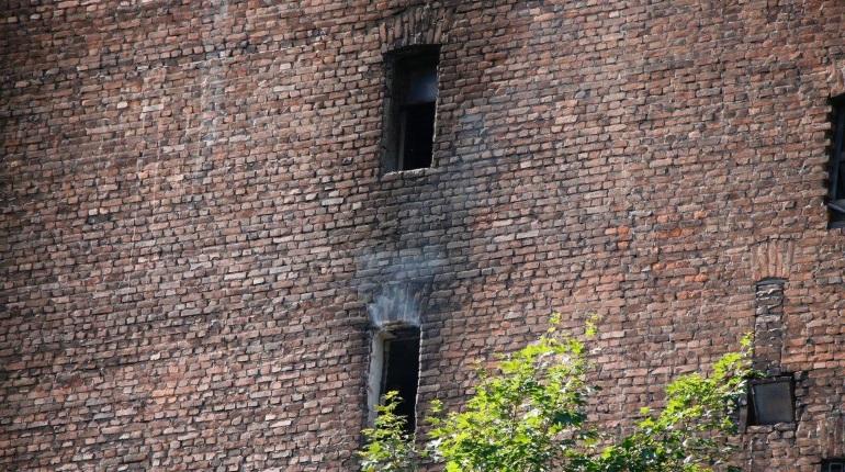 Как огонь уничтожал остатки дома Басевича: фоторепортаж «Мойки78»