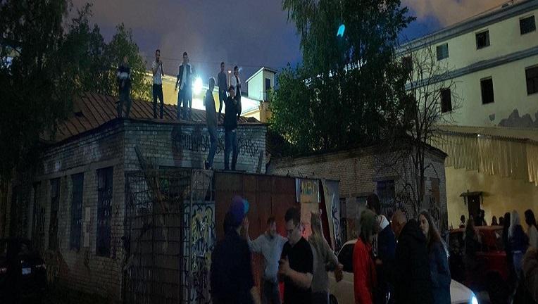 Долгожданные выходные заставили петербуржцев вылезти на крышу около Конюшенной
