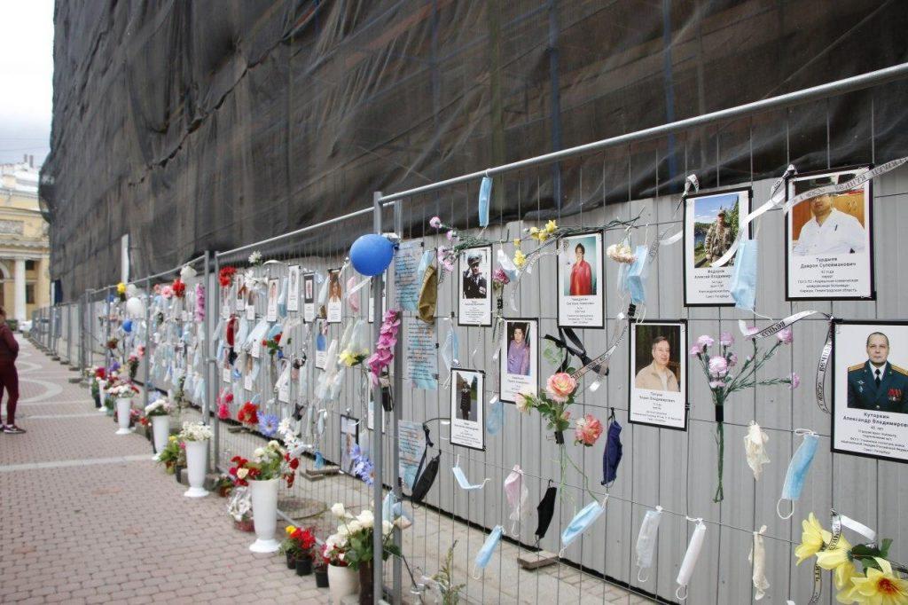 Количество портретов умерших от COVID-19 медиков на стене памяти увеличилось