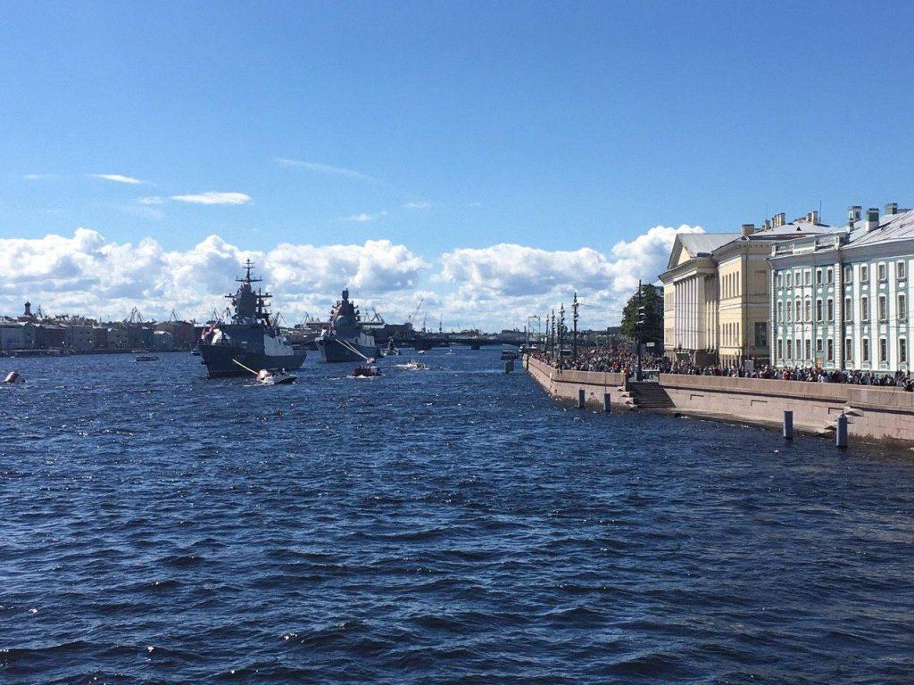 Приплывшие на день ВМФ корабли покидают Петербург