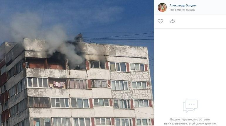 Столб дыма и стена пламени: огонь охватил квартиру на Поэтическом