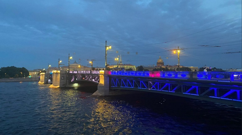 Дворцовый мост окрасили в сине-бело-голубой в честь победы «Зенита»