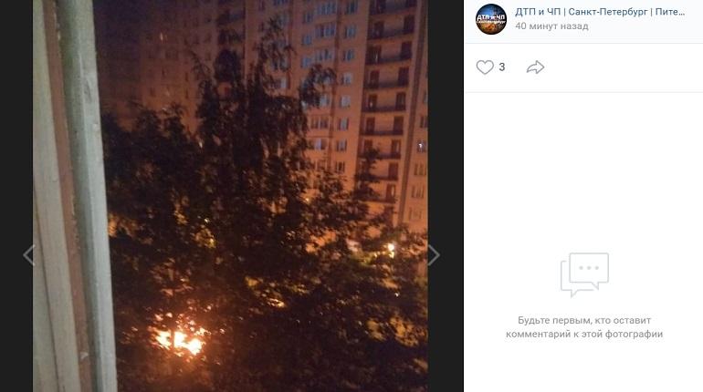 На Ленинском проспекте ночью на парковке загорелся автомобиль