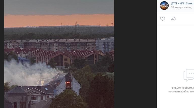 На Выборгском шоссе вспыхнул заброшенный дом