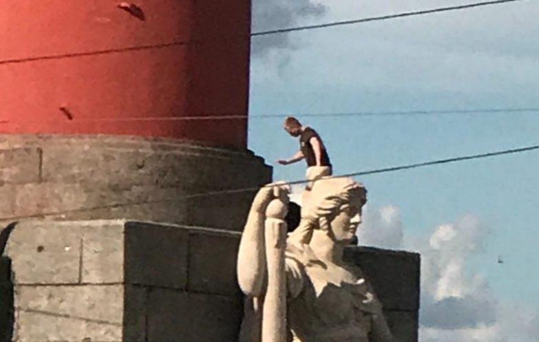 Очевидцы: на Ростральную колонну снова забрался человек